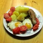 Kartoffeln mit Schmorwurst und Spiegelei