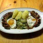 Zucchini und Spiegelei mit Bratwurst