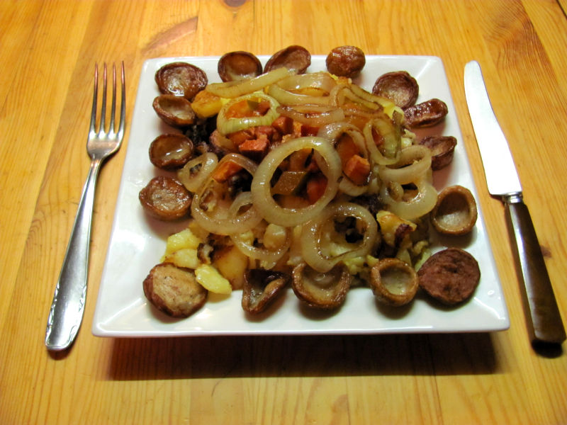 Bratkartoffeln mit Bratwurst-Tomatensuppe