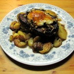 Steak auf Zwiebelbratkartoffeln